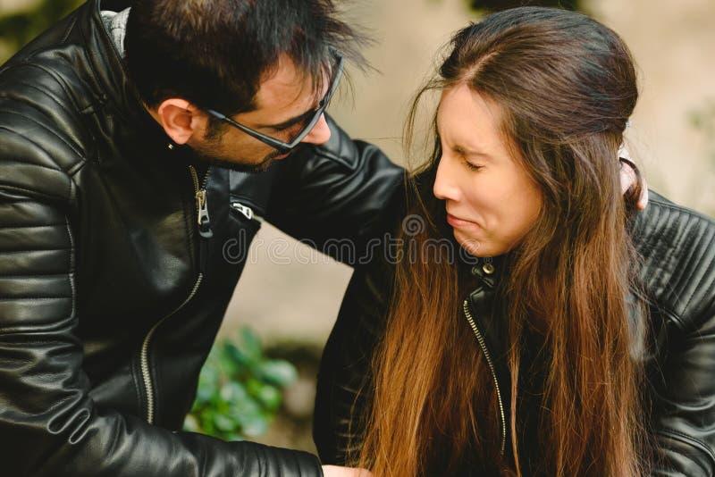 Opiekuńczy mąż pocieszający żonę, udzielający jej wsparcia psychologicznego, przytulający swoją smutną kobietę, koncepcja związkó zdjęcia stock