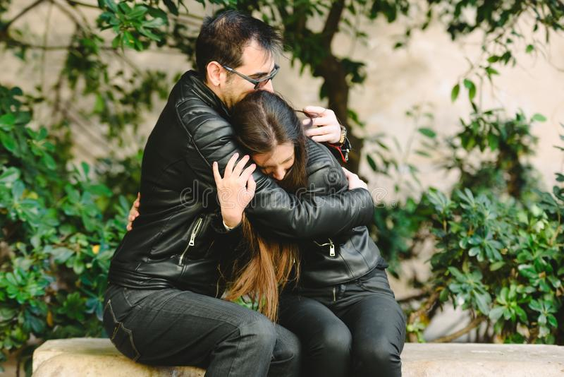 Opiekuńczy mąż pocieszający żonę, udzielający jej wsparcia psychologicznego, przytulający swoją smutną kobietę, koncepcja związkó obraz stock