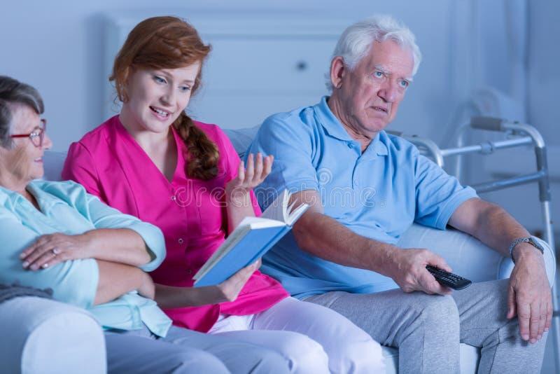 Opiekun czytelnicza książka pacjenci obrazy stock