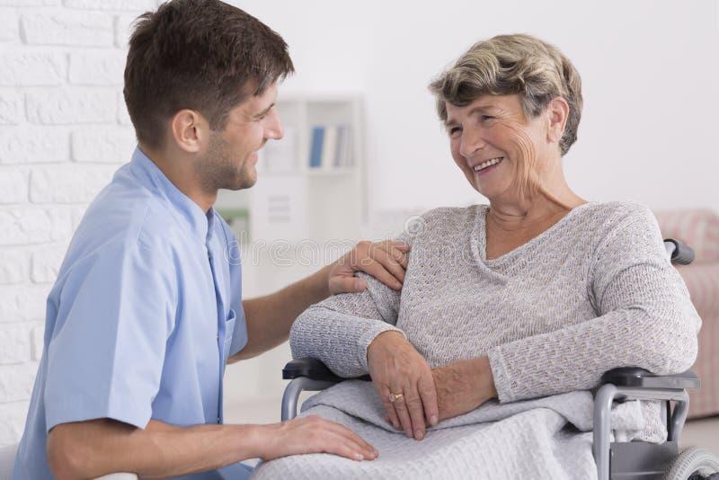 Opiekun pociesza starszej kobiety zdjęcia royalty free