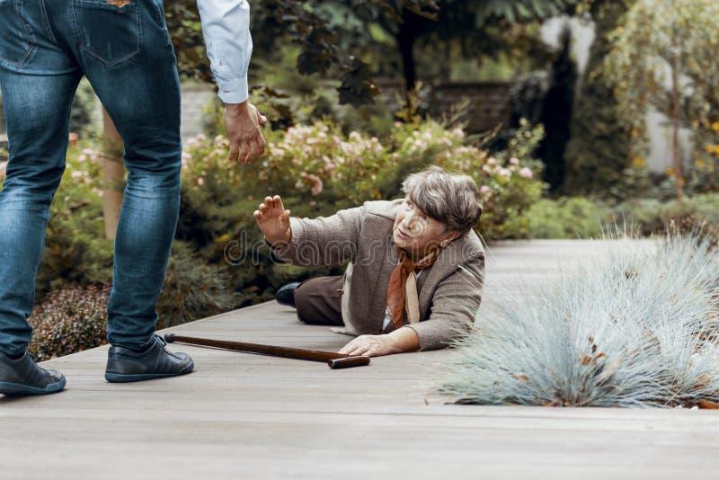 Opiekun podporowa starsza kobieta z chodz?cym kijem obraz stock