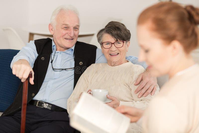 Opiekun pomaga starszej pary zdjęcie royalty free