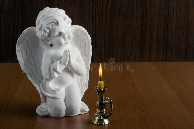 Opiekunu anioł składał jego ręki w modlitwie obrazy stock