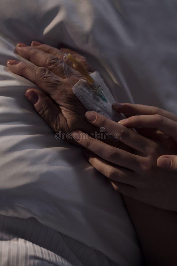 Opiekunu mienia pacjenta starsza ręka obraz stock