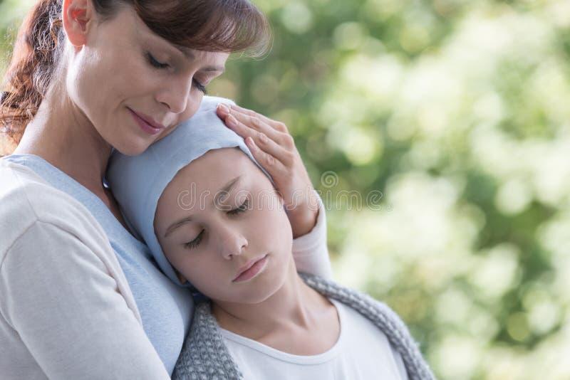 Opiekunu przytulenia choroba i słaby dzieciak z nowotworem zdjęcie royalty free