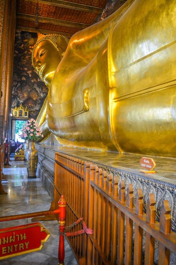 Opierać Buddha przy wata pho Bangkok, Tajlandia obraz royalty free