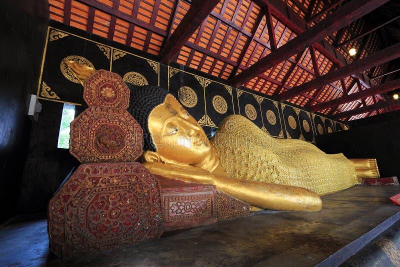 Opierać Buddha przy Watem Jedi Luang 1 zdjęcie stock