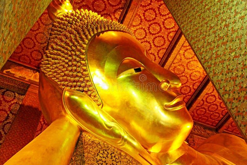 Opierać Buddha wizerunek W Wacie Pho, Bangkok, Tajlandia zdjęcia royalty free