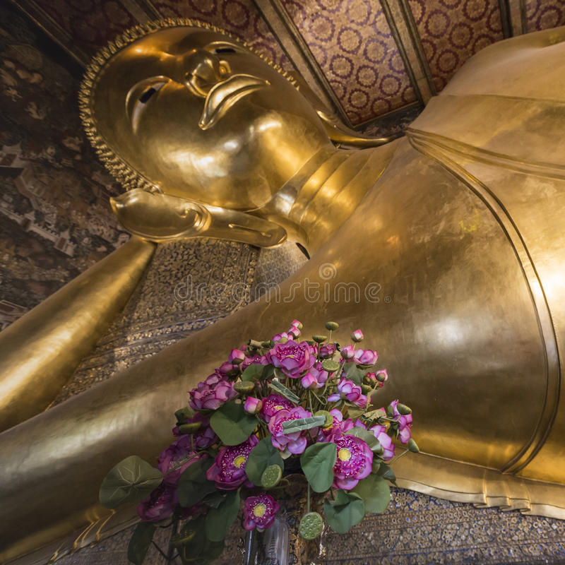 Opierać Buddha złocistą statuę, Wat Pho, Bangkok, Tajlandia obraz stock