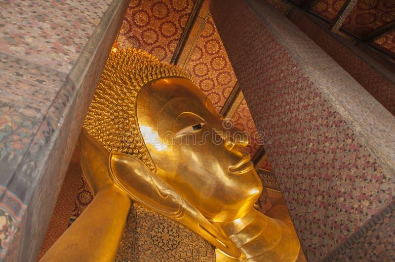 Opierający Buddha (Wat Pho) zdjęcie stock