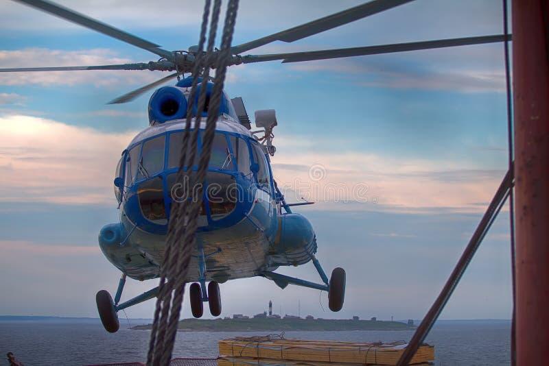 opierający się helikopter dla lodowej obserwaci obraz royalty free