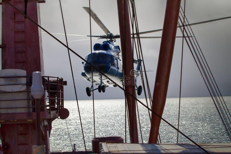 opierający się helikopter dla lodowej obserwaci zdjęcie royalty free
