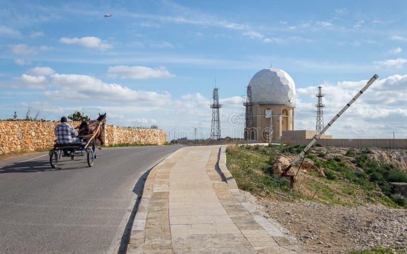 Opinión sobre la estación de radar 'IL Ballun cerca de los acantilados de Dingli en Malta en un día soleado claro Practica obstru fotos de archivo
