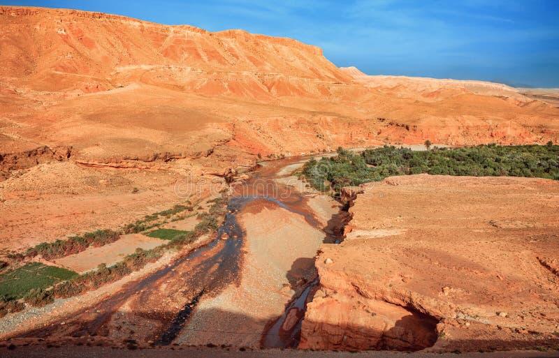 Opinião épico de Viev do rio de Ounila do vale Paisagem africana do norte bonita Vista fascinante do monte ao imagem de stock royalty free