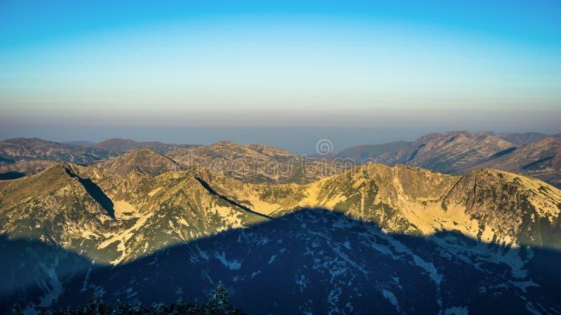 Opinião épico do panorama da montanha, nascer do sol no pico de Musala, Bulgária fotografia de stock