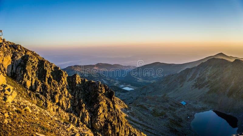 Opinião épico do panorama da montanha, nascer do sol no pico de Musala, Bulgária imagens de stock royalty free
