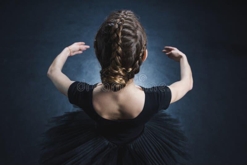 opinião aérea a bailarina elegante na malha e no tutu preto no estúdio fotografia de stock