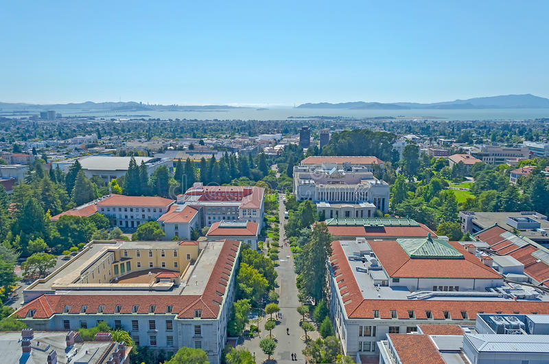 Opinião aérea Berkeley University Campus e San Francisco Bay fotos de stock royalty free