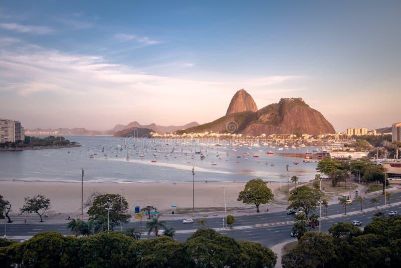 Opinião aérea Botafogo, baía de Guanabara e Sugar Loaf Mountain no por do sol - Rio de janeiro, Brasil fotos de stock