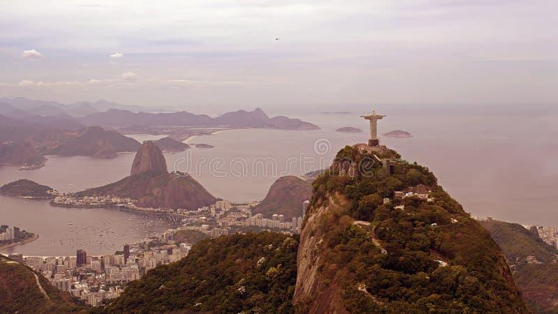 Opinião aérea Cristo a estátua e o Sugar Loaf do redentor fotografia de stock