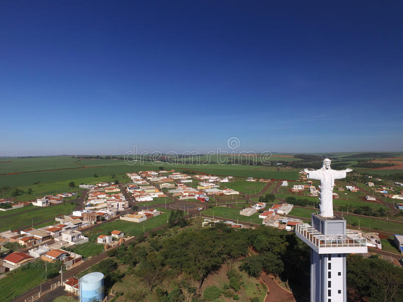 Opinião aérea Cristo o redentor na cidade de Sertaozinho, Sao Paulo, Brasil imagem de stock