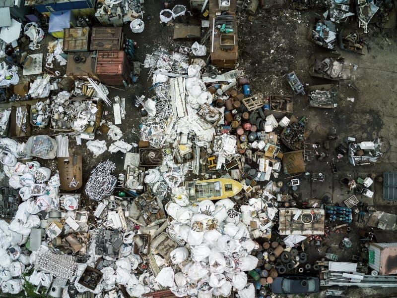 Opinião aérea da área do cemitério de automóveis da sucata Desperdício do metal da recepção e do armazenamento antes do recyclyng fotos de stock royalty free