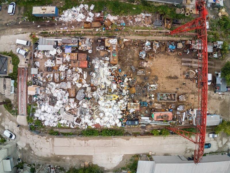 Opinião aérea da área do cemitério de automóveis da sucata Desperdício do metal da recepção e do armazenamento antes do recyclyng fotos de stock
