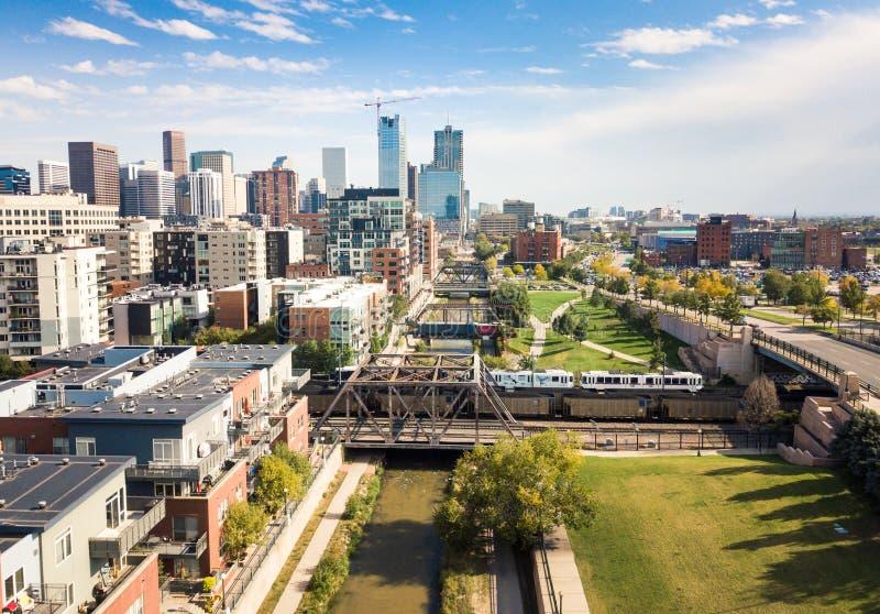 A opinião aérea da arquitetura da cidade de Denver com as pontes sobre Cherry Creek rive imagem de stock