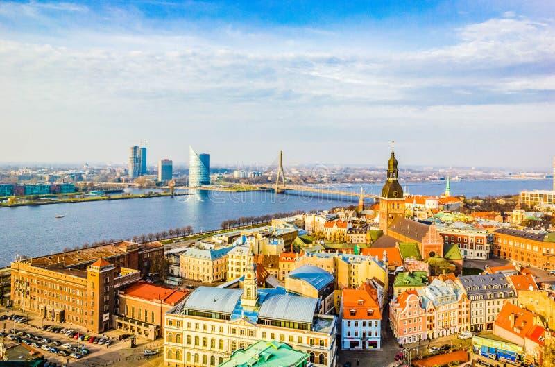 Opinião aérea da arquitetura da cidade do marco na cidade velha com catedral da abóbada e rio do Daugava na cidade de Riga, Letón fotografia de stock