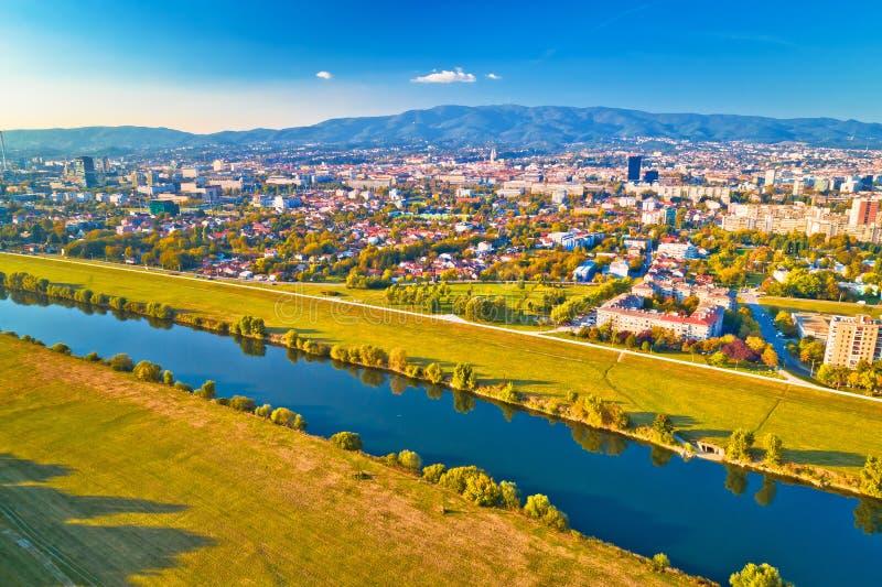 Opinião aérea da arquitetura da cidade do Rio Sava e de Zagreb imagens de stock
