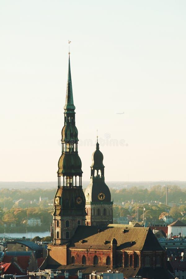 Opinião aérea da arquitetura da cidade na cidade e no rio velhos do Daugava na cidade Letónia de Riga fotos de stock royalty free