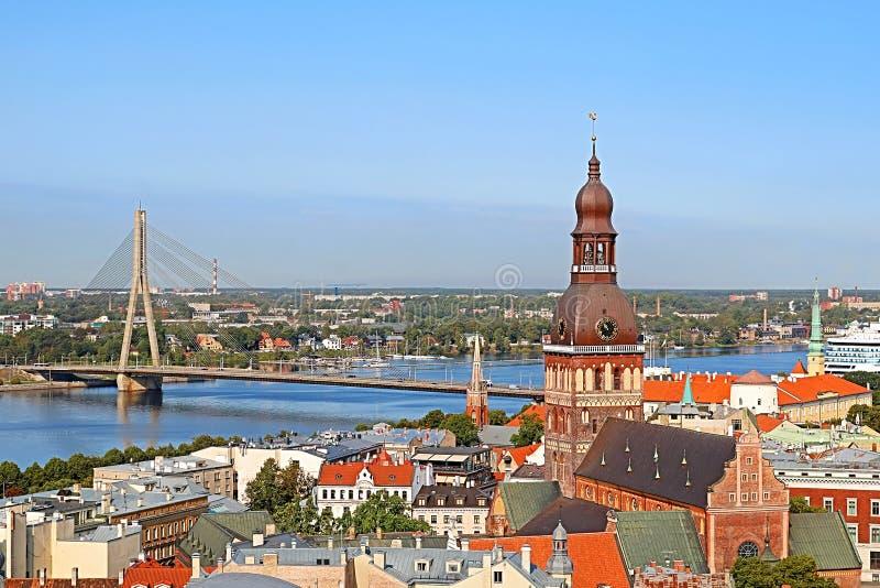 Opinião aérea da arquitetura da cidade na cidade velha com catedral da abóbada e na ponte de Vansu através do rio do Daugava na c imagem de stock royalty free