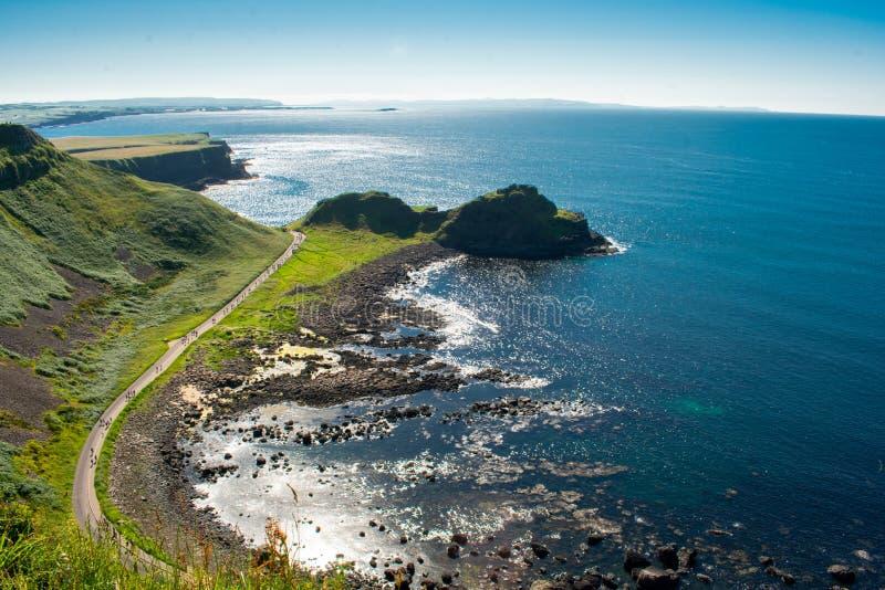 Opinião aérea da calçada de Giants a atração a mais popular e a mais famosa em Irlanda do Norte Montes na costa de Oceano Atlânti fotos de stock royalty free