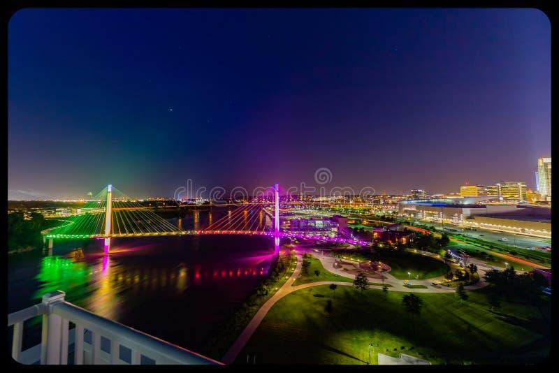 Opinião aérea da cena da noite a ponte de Bob Kerrey e Omaha Nebraska do centro fotografia de stock royalty free