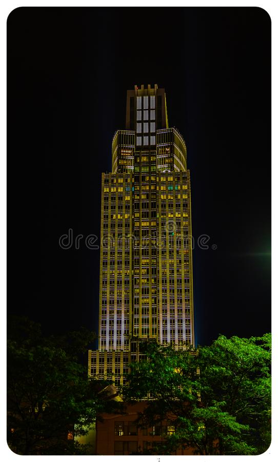 Opinião aérea da cena da noite a ponte de Bob Kerrey e Omaha Nebraska do centro foto de stock royalty free