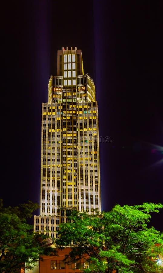 Opinião aérea da cena da noite a ponte de Bob Kerrey e Omaha Nebraska do centro imagem de stock royalty free