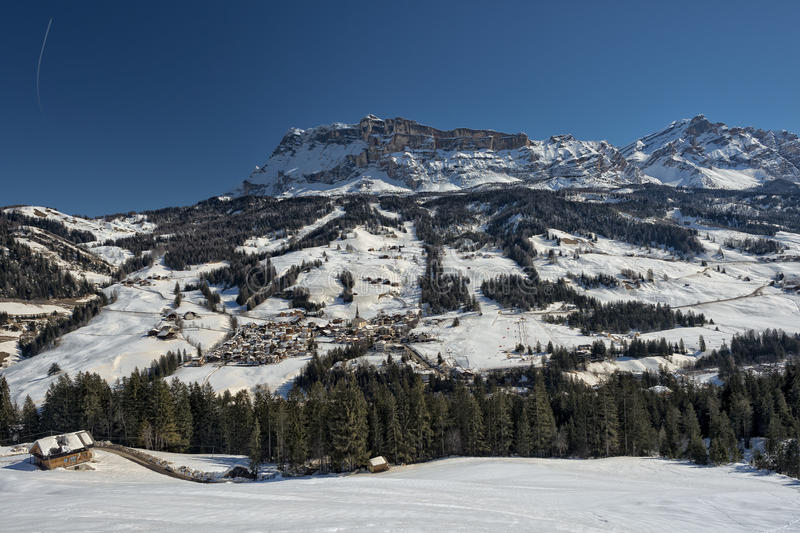 Opinião aérea da cidade de Badia Dolomites foto de stock