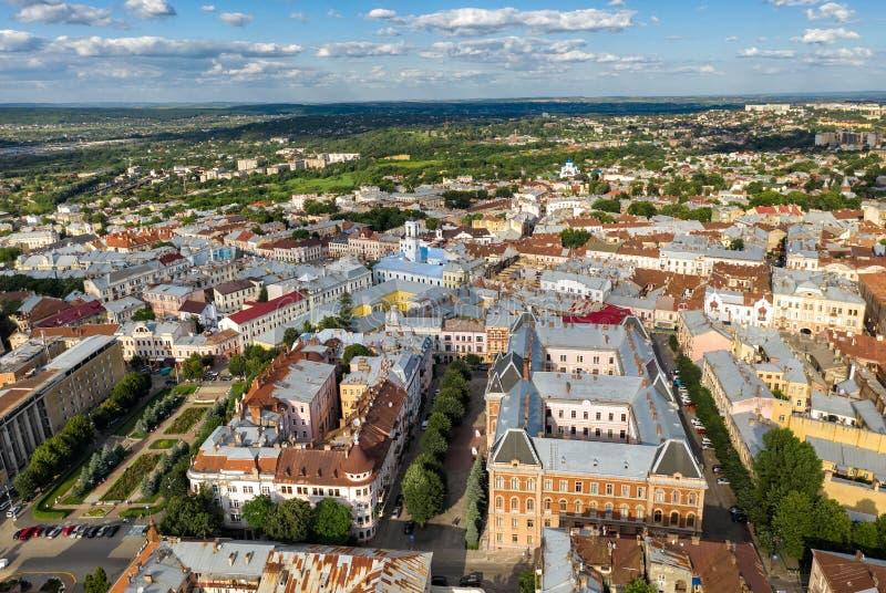 Opinião aérea da cidade europeia pequena da cidade, Chernivtsi Ucrânia foto de stock