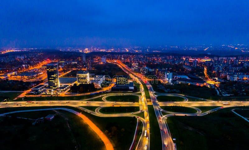 Opinião aérea da cidade na noite, Vilnius imagens de stock