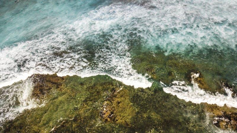 Opinião aérea da costa do oceano com ondas azuis fotos de stock