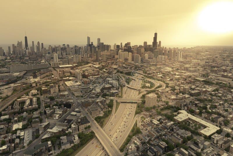 Opinião aérea da estrada contra a skyline de Chicago fotos de stock royalty free