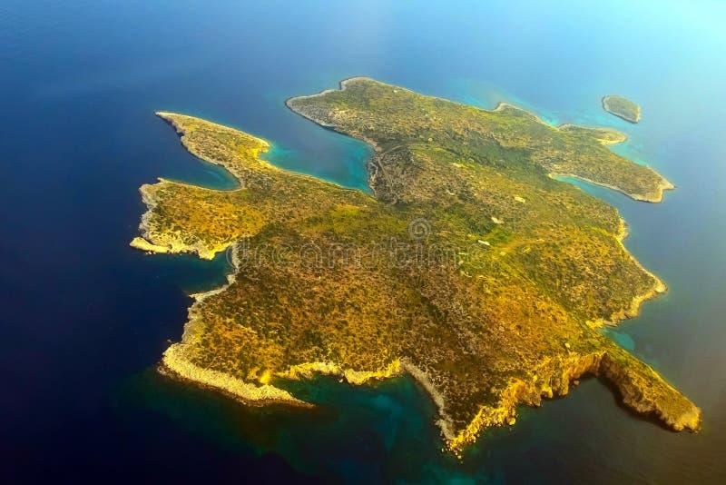 Opinião aérea da ilha de Fleves perto de Atenas, Grécia imagens de stock royalty free