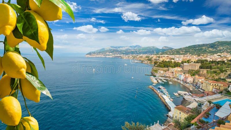 Opinião aérea da luz do dia do litoral Sorrento do penhasco e do golfo de Nápoles em Itália do sul fotografia de stock