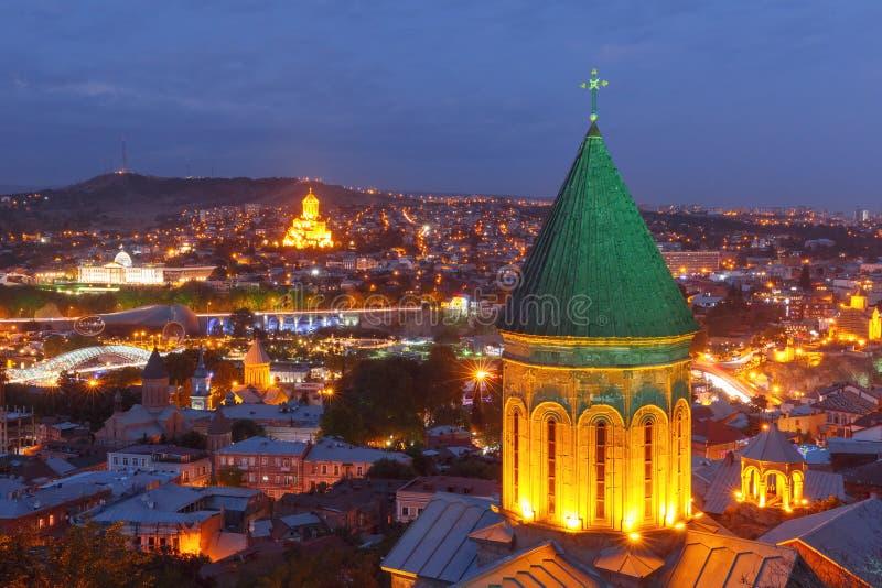 Opinião aérea da noite da cidade velha, Tbilisi, Geórgia imagem de stock
