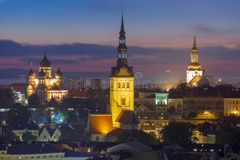 Opinião aérea da noite da cidade velha, Tallinn, Estônia imagens de stock royalty free
