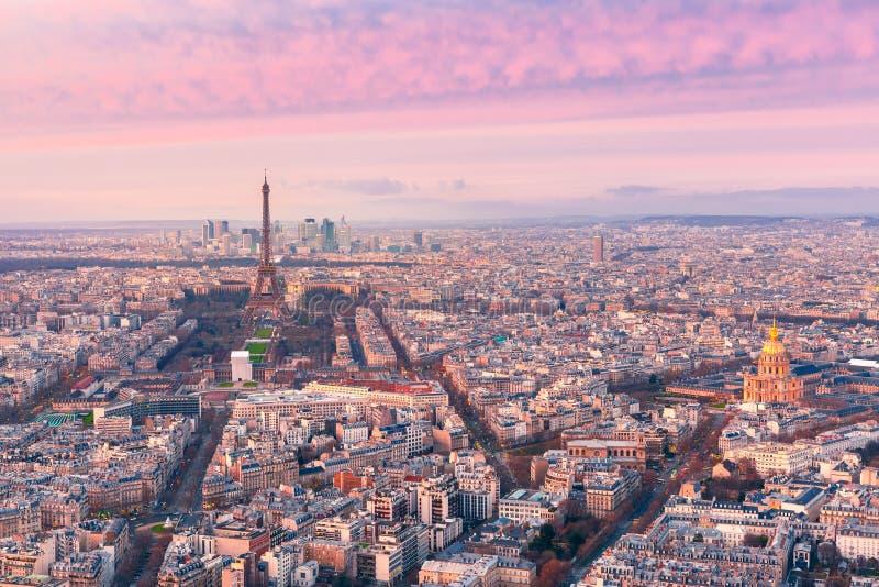 Opinião aérea da noite de Paris, França