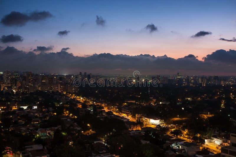 Opinião aérea da noite da vizinhança de Jardins em Sao Paulo, Brasil foto de stock royalty free