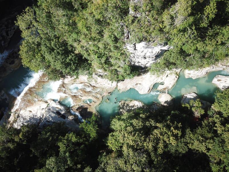 Opinião aérea da paisagem bonita na cachoeira de Tanggedu, sumba do leste imagens de stock royalty free