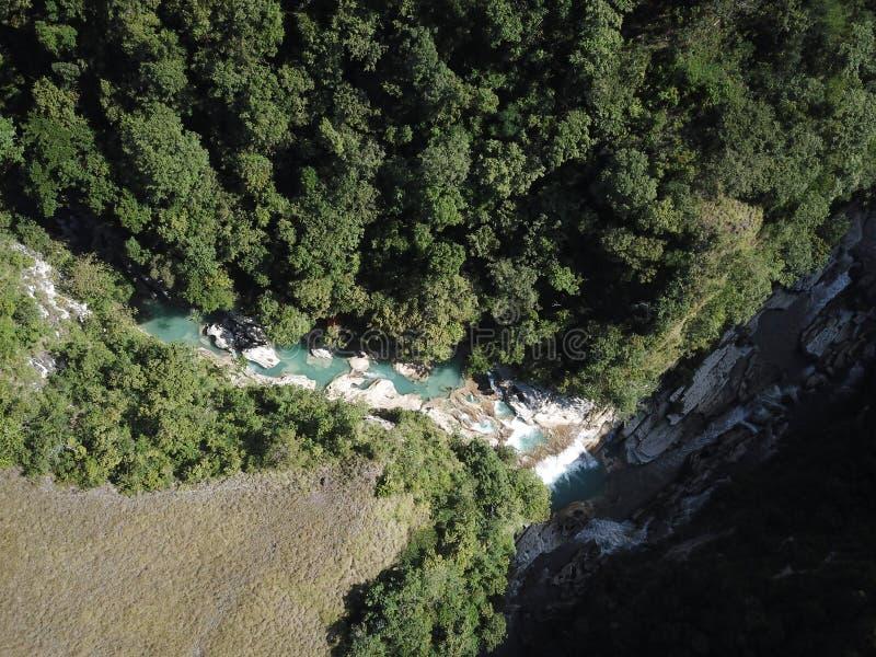 Opinião aérea da paisagem bonita na cachoeira do tanggedu, sumba do leste foto de stock royalty free