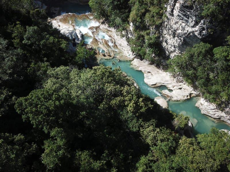 Opinião aérea da paisagem bonita na cachoeira do tanggedu, sumba do leste imagens de stock